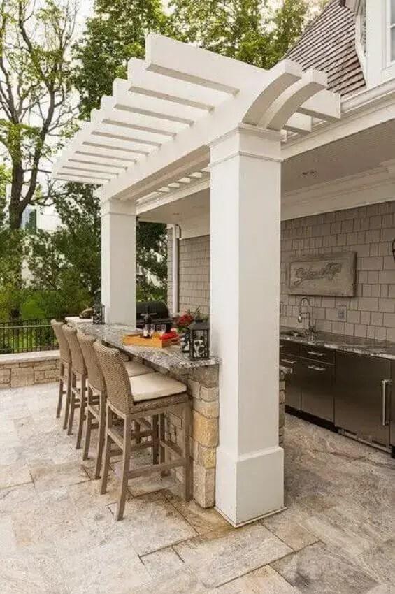 área gourmet externa com decoração clean e rústica