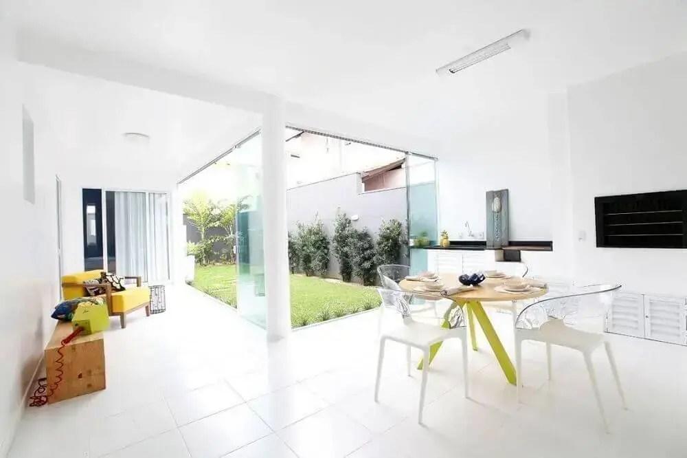 área gourmet externa simples com cadeiras de acrílico