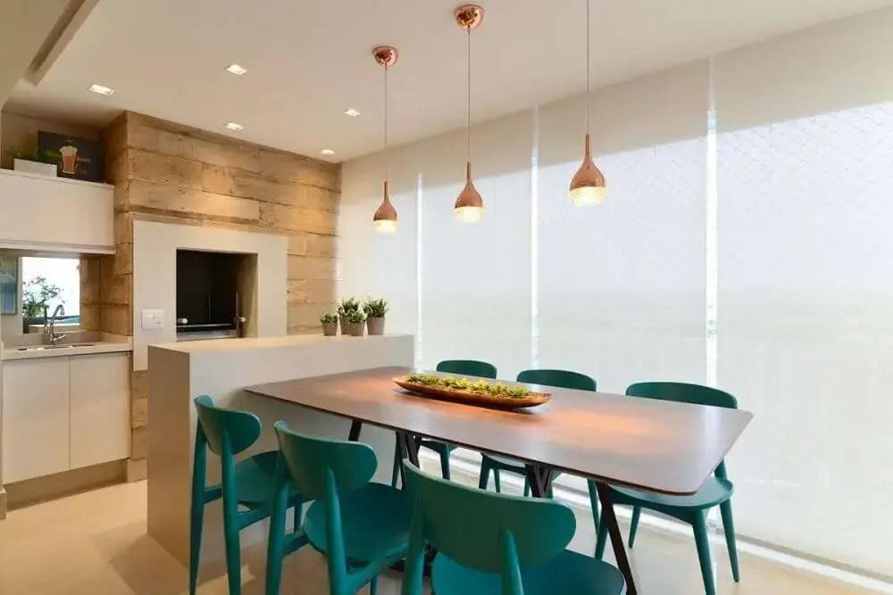 área gourmet moderna com cadeiras coloridas e decoração clean
