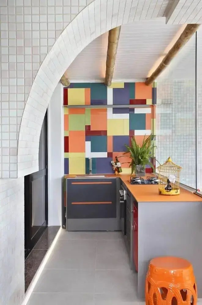 área gourmet pequena com decoração colorida e moderna