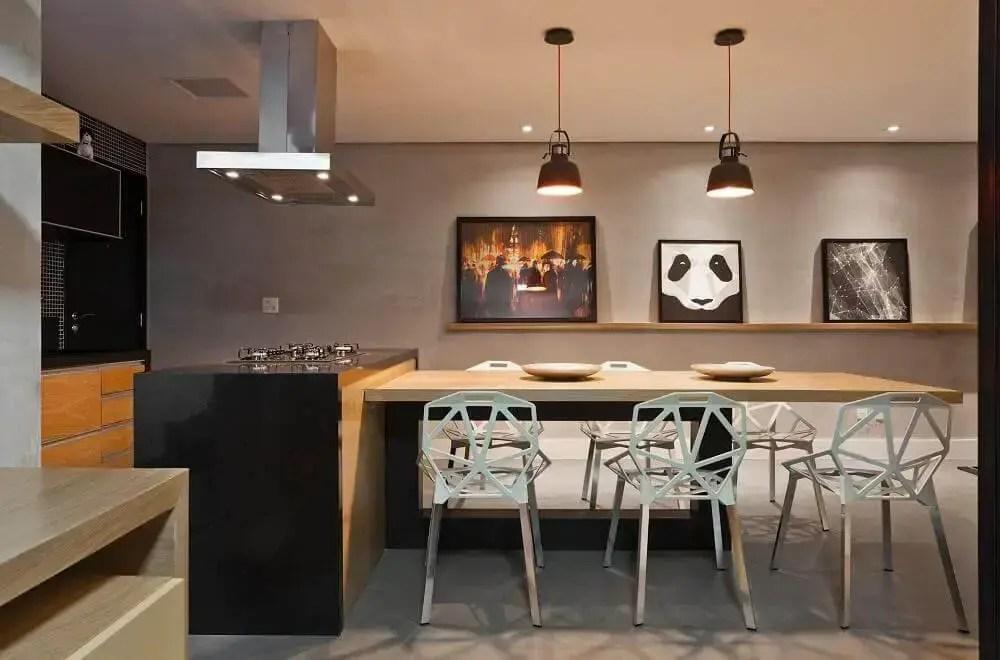 decoração de área gourmet moderna com parede de cimento queimado e pendentes sobre a mesa
