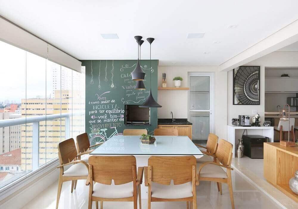 decoração de varanda com área gourmet moderna com parede de giz