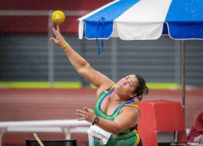 Marivana da Nóbrega na prova de lançamento de disco para quem tem paralisia cerebral.