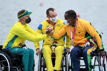 O australiano Erik Horrie (medalha de prata no remo), o ucraniano Roman Polianskyi (medalha de ouro) e o brasileiro Renê Campos Pereira (medalhista de bronze) celebram o pódio neste domingo, 29 de agosto, em Tóquio.