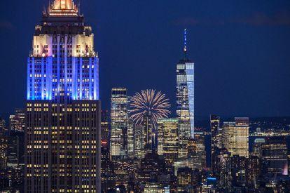 Fogos de artifício no horizonte de Manhattan onde celebra-se a meta de vacinação da primeira dose de 70% dos adultos, em 15 de junho de 2021.