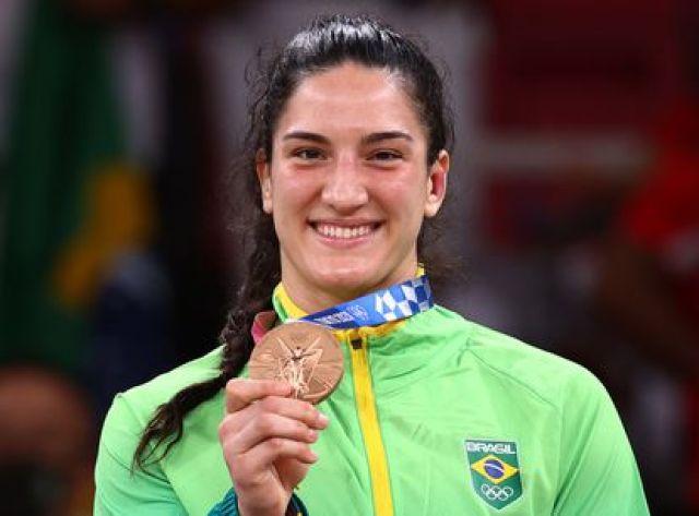 Mayra Aguiar com a terceira medalha de bronze conquistada nas Olimpíadas.