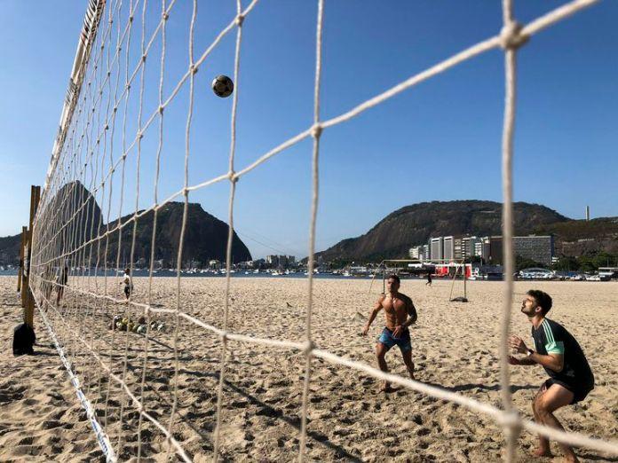 A partir de hoje (17) estão liberadas as práticas de esportes coletivos como vôlei, futevôlei, beach tennis e futebol nas praias do Rio de Janeiro.