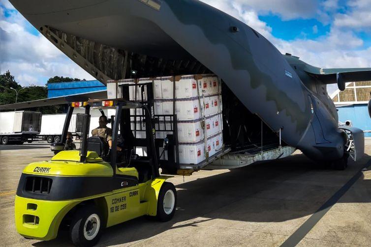 Hoje (18/01), um KC-390 Millennium da #FAB decolou às 10h08 de Guarulhos/SP com destino a Goiânia/GO transportando carga das vacinas para combate à COVID-19.