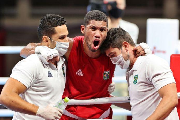 O pugilista brasileiro Herbert Sousa contra o Adilkhan Amankul, do Cazaquistão, durante os Jogos Olímpicos de Tóquio.