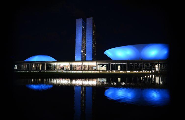 Monumentos são iluminados em apoio à campanha Novembro Azul para chamar a atenção dos homens sobre a importância da prevenção e do diagnóstico precoce do câncer de próstata (Valter Campanato/Agência Brasil)