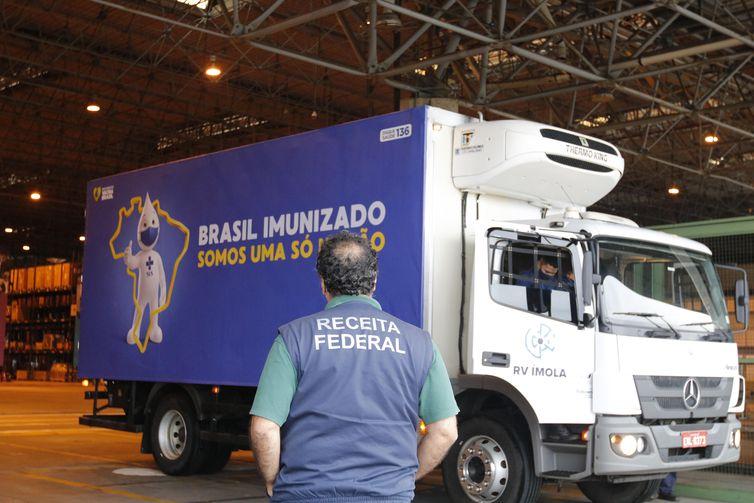 O primeiro lote com cerca de 90 litros do Ingrediente Farmacêutico Ativo (IFA) para a produção da vacina Oxford-AstraZeneca contra a covid-19, chega ao terminal de cargas do Aeroporto Internacional Tom Jobim-RIOGaleão