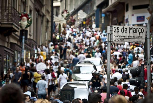 O movimento na Rua 25 de Março, maior centro de comércio popular de São Paulo