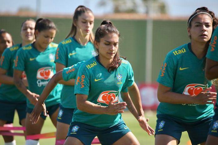 Letícia Santos (centro da foto) - seleção brasileira feminina de  futebol - treino