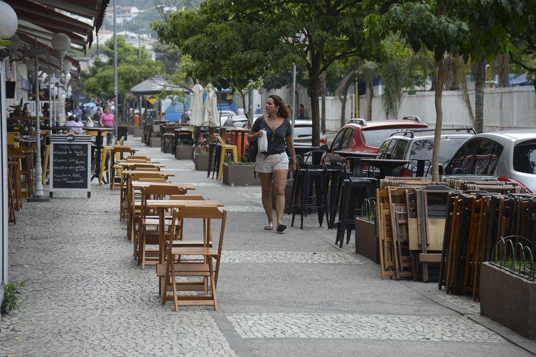 Bares e restaurantes de Botafogo ficam vazios na hora do almoço, no Rio de Janeiro.