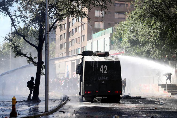 Protesto contra o governo do Chile na cidade de Quilpue durante o aniversário de um ano dos protestos e tumultos em 2019