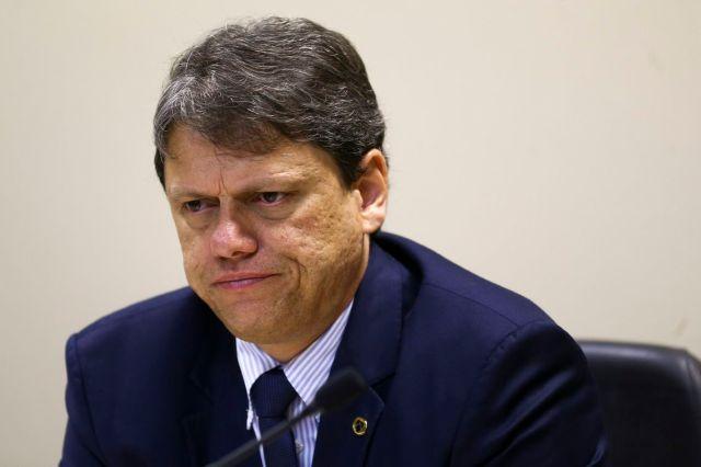 O ministro da Infraestrutura, Tarcísio Gomes de Freitas, durante cerimônia para assinatura de portarias que vão alterar as áreas de poligonais de 16 portos organizados do Brasil.