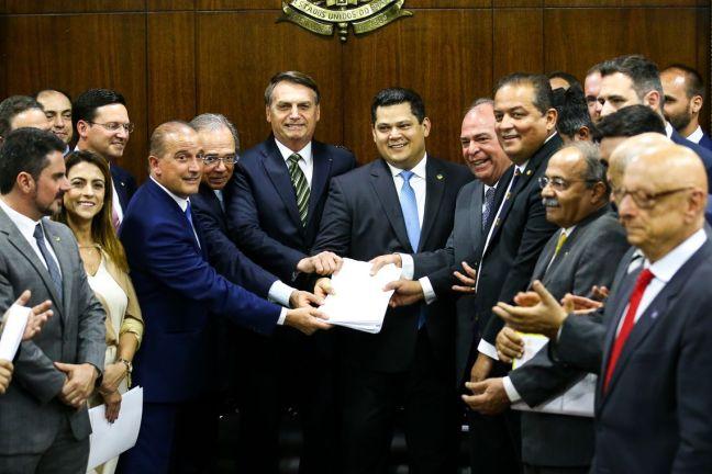 O presidente Jair Bolsonaro, o ministro da Economia, Paulo Guedes, e o ministro da Casa Civil, Onyx Lorenzoni, entregam o Plano mais Brasil – Transformação do Estado ao presidente do Congresso Nacional, Davi Alcolumbre.