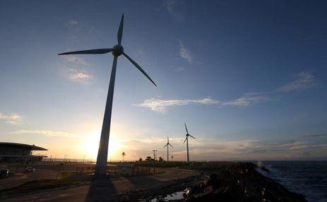 Turbinas eólicas em praia de Fortaleza, no Ceará