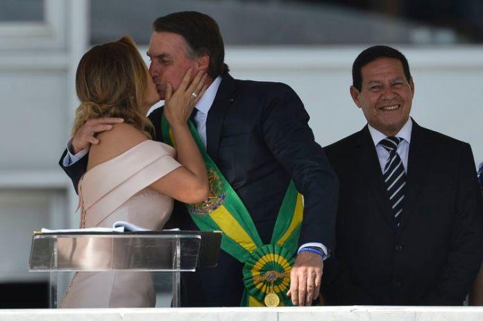 A primeira-dama Michelle Bolsonaro, o presidente Jair Bolsonaro e o vice-presidente, general Hamilton Mourão, durante cerimônia de transmissão da Faixa Presidencial, no Palácio do Planalto.
