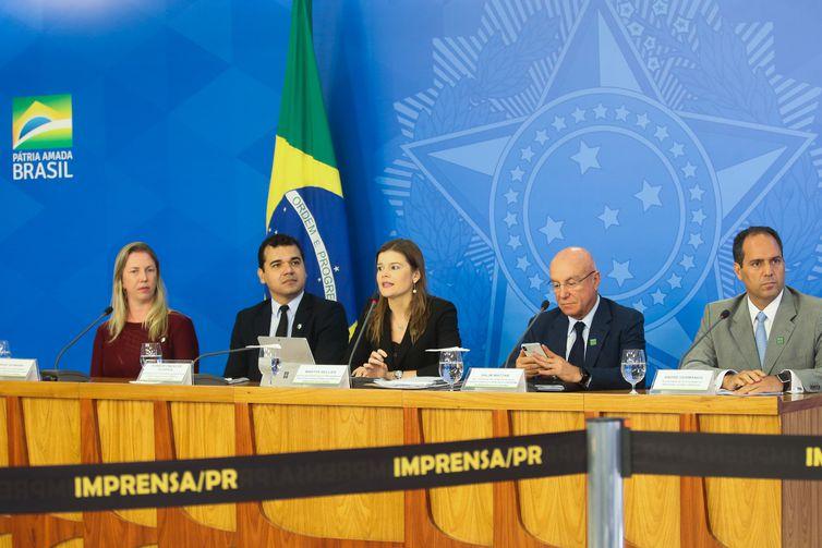 Martha Seillier e Salim Mattar falam à imprensa