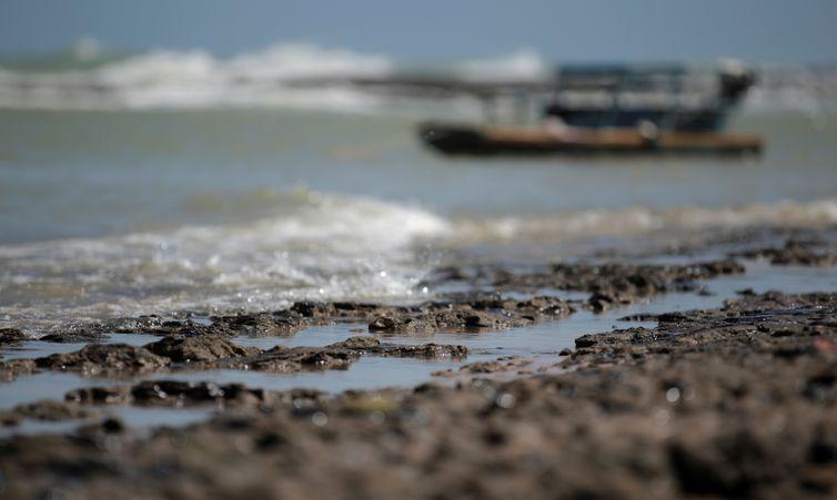 Um barco é visto perto de um derramamento de óleo na praia de Pontal do Coruripe, em Coruripe, estado de Alagoas, Brasil, 8 de outubro de 2019.
