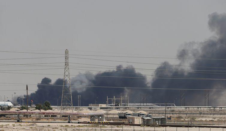A fumaça é vista após um incêndio nas instalações da Aramco, na cidade oriental de Abqaiq