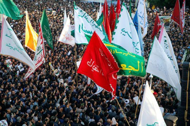 Multidão participa do funeral do general iraniano Qassem Soleimani no dia 5 de janeiro de 2020