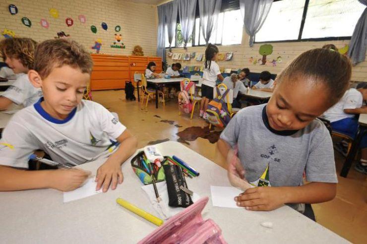 Crianças da educação infantil em sala de aula