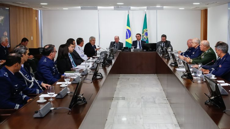 O presidente Jair Bolsonaro, se reúne com ministros e comandantes das Forças Armadas , para tratar do acordo de fusão entre as empresas Embraer, nacional, e Boeing, dos Estados Unidos.