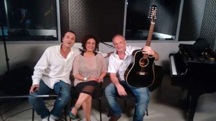 Os parceiros Ricardo Szpilman e Valeria Lobão acompanham Raphael (com o violão)
