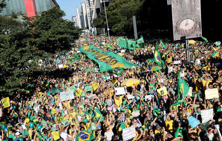 Pessoas participam de manifestação pró-governo na avenida Paulista em São Paulo, Brasil, em 26 de maio de 2019
