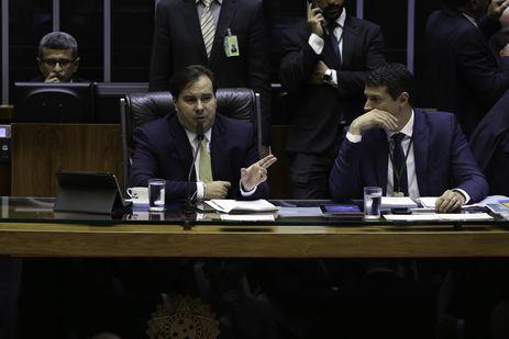 Presidente da Câmara dos Deputados, Rodrigo Maia, durante sessão para votação do Projeto de Lei Complementar (PLP) 441/17, do Senado, que torna obrigatória a participação de pessoas físicas e jurídicas no chamado cadastro positivo.