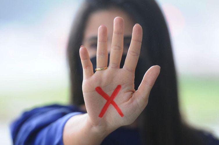 Vítimas de violência doméstica podem apresentar um sinal vermelho na mão para alertar que estão vivendo uma situação de vulnerabilidade