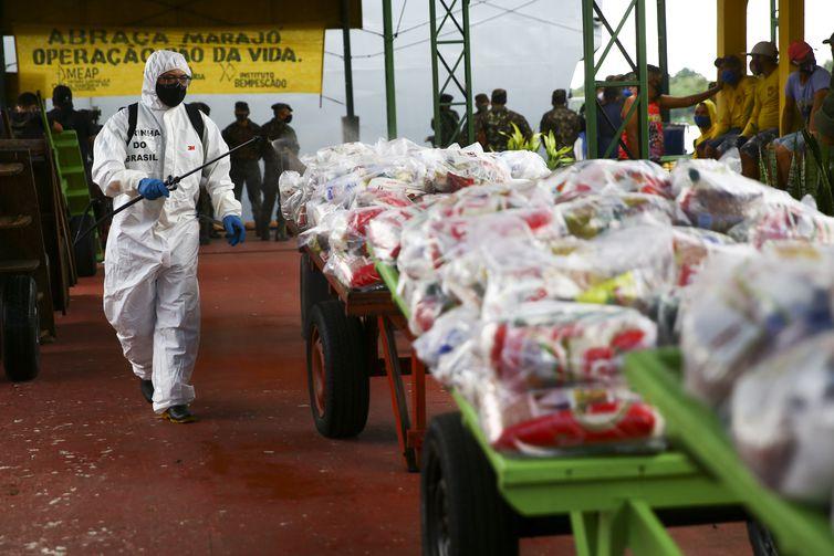 Militares das Forças Armadas descarregam as cestas básicas que serão doadas ao município de Afuá.