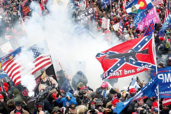 Apioadores do presidente Donald Trump fizeram protesto em frente ao Congresso norte-americano.