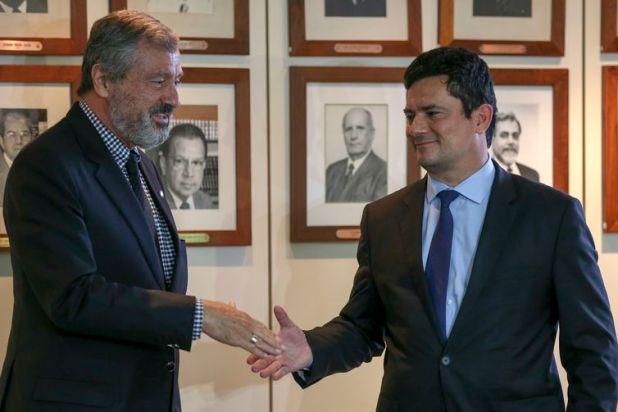 O atual ministro da Justiça, Torquato Jardim, e o futuro ministro da pasta, juiz federal Sérgio Moro, durante coletiva de imprensa após reunião.