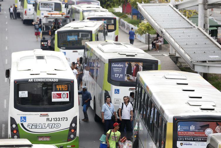 Rodoviários do Rio fazem paralisação. Vários ônibus ficam parados na Avenida Brasil com os pneus furados.