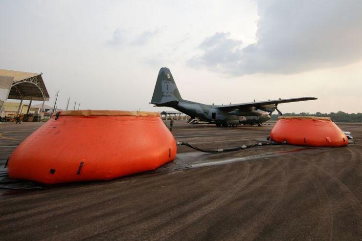 Abastecimento com água da Aeronave Hércules C-130 da Força Aérea Brasileira no combate a focos de incêndio na Amazônia.