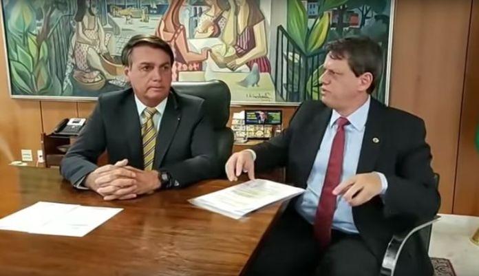 Presidente Jair Bolsonaro participa de transmissão ao vivo ao lado do ministro da Infraestrutura, Tarcísio Freitas.