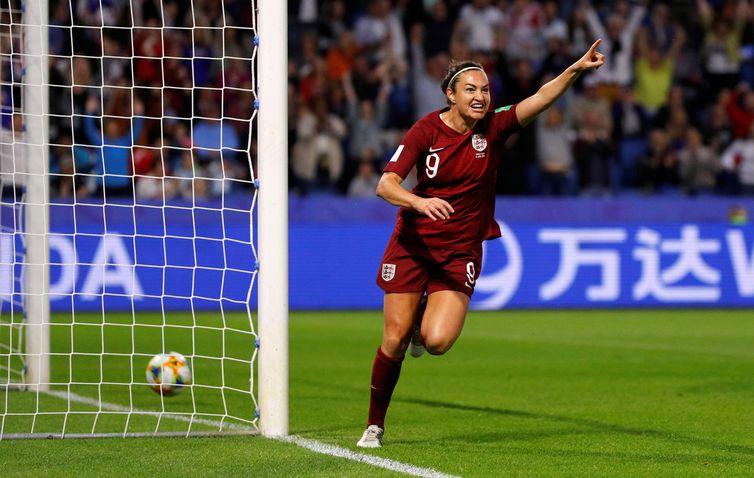 Jogadora Jodie Taylor comemora o gol da seleção inglesa.