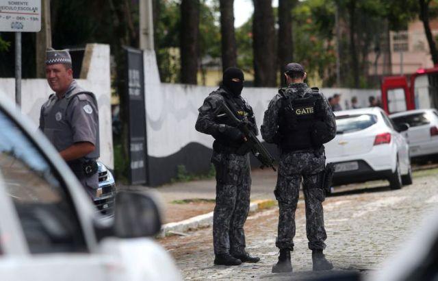Policiais são vistos na escola Raul Brasil após um tiroteio em Suzano em São Paulo