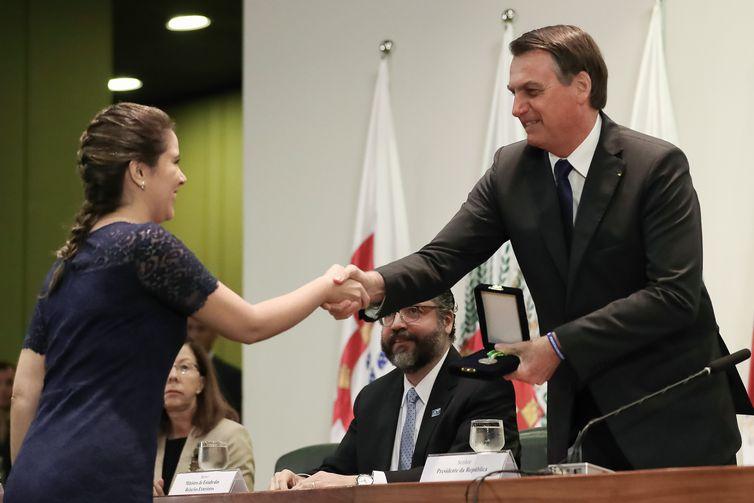 O presidente  Jair Bolsonaro durante entrega do Prêmio Rio Branco, Medalha de prata, a secretária Priscila Liz Alves, segundo colocado do Curso de Formação de Diplomatas.