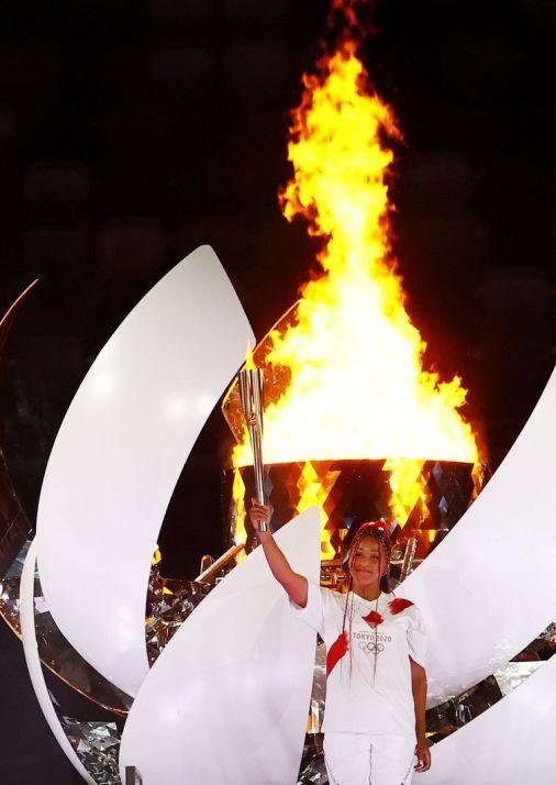 A tenista japonesa, Naomi Osaka acendeu a Pira Olímpica em clima de emoção.