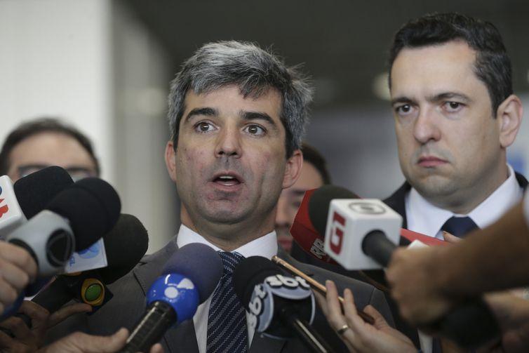 O presidente da OAB-DF, Juliano Costa Couto, fala à imprensa, durante Blitz Nacional dos Aeroportos para fiscalizar a cobrança da franquia de bagagem, no Aeroporto Internacional de Brasília.
