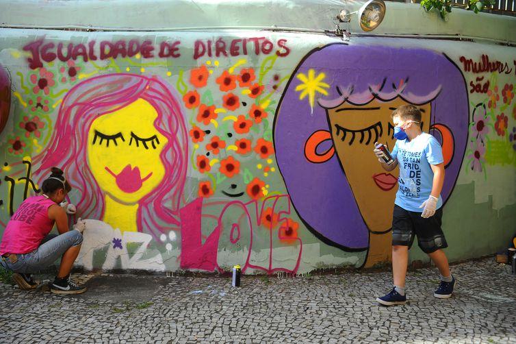 Jovens decoram com grafites temáticos os muros do Conselho Estadual dos Direitos da Mulher em lembrança ao Dia Internacional de Combate à Violência Contra a Mulher (Fernando Frazão/Agência Brasil)