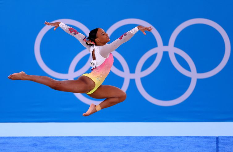 Rebeca Andrade compete na final do solo na Olimpíada Tóquio 2020 - porta-bandeira