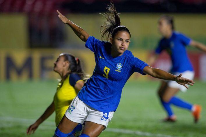 Debinha comemora resultado contra Equador.