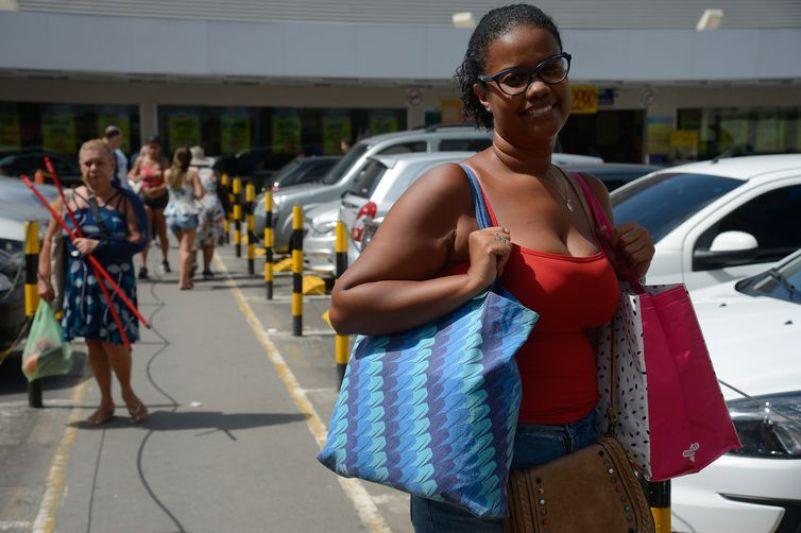 A assistente administrativa Fernanda Barbosa adota sacolas retornáveis com o fim da distribuição gratuita de sacolas plásticas pelos supermercados