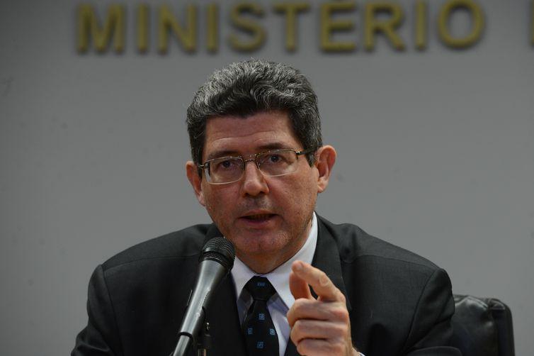 O ministro da Fazenda, Joaquim Levy, comenta a perda do grau de investimento pelo Brasil, de acordo com avaliação da Standard and Poor's, em coletiva no ministério (Fabio Rodrigues Pozzebom/Agência Brasil)