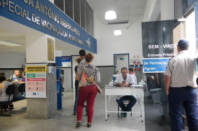 Rio de Janeiro - Cariocas vão aos postos de saúde para a vacinação contra a febre amarela no Rio (Tânia Rêgo/Agência Brasil)